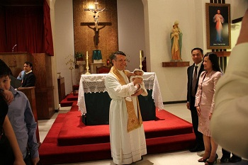 Tauffeier in Pharr/USA mit Pater Mario Aviles