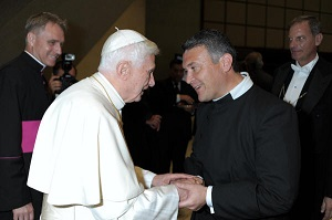 Besuch von Pater Mario Aviles bei Papst Benedikt am 01.10.2012